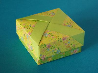 quadratschachtel mit farbstreifen schachteln und verpackung origami kunst. Black Bedroom Furniture Sets. Home Design Ideas